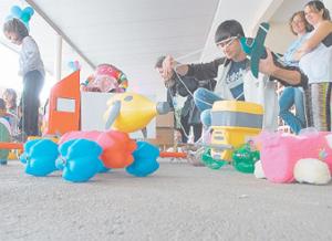 Estudantes Da UFSC Doam Brinquedos De Material Recicl  Vel Para Alunos