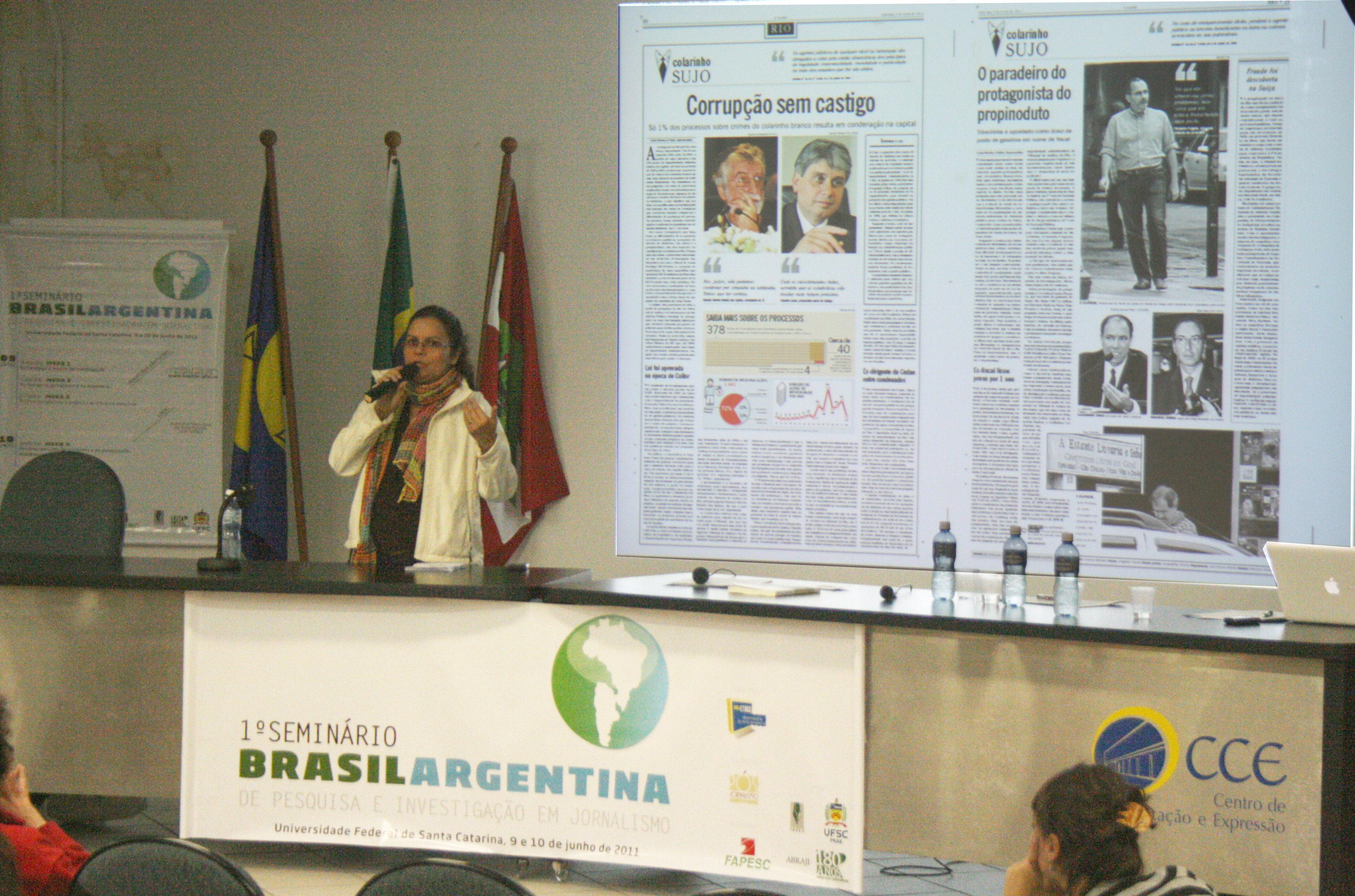 """Angelina Nunes, do jornal O Globo, na mesa """"Os compromissos do jornalista e do pesquisador acadêmico"""""""