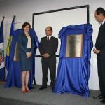 Vice-reitora da Univille, Sandra Aparecida Furlan, recebe a placa de agradecimento do Diretor Acadêmico, Alvaro Lezana, e do reitor Alvaro Prata.
