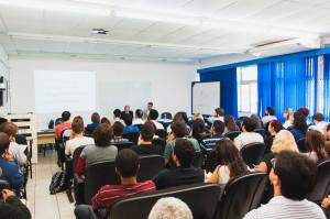 Professor Schlüter (na mesa, à esquerda) falou no mini-auditório do CFH na segunda-feira, dia 22.
