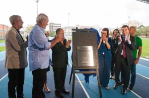 Placa marca inauguração oficial da nova pista da UFSC. Fotos: Henrique Almeida/Agecom/DGC/UFSC
