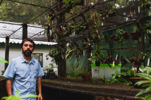 Carlos Eduardo de Siqueira com parte do material pesquisado. Foto: Jair Quint/Fotógrafo da Agecom/DGC/UFSC