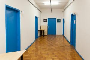 As portas estão sendo pintadas de azul para facilitar a visualização por pessoas com deficiência visual. Foto: Henrique Almeida/Agecom/DGC/UFSC