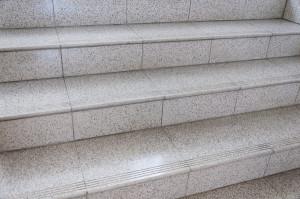 As escadas estão sendo reformadas com pisos de melhor aderência. Foto: Henrique Almeida/Agecom/DGC/UFSC