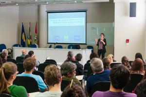 A engenheira sanitarista e ambiental da UFSC, Sara Meireles, apresentou o Plano para cerca de 100 pessoas. Foto: Henrique Almeida/Agecom/UFSC