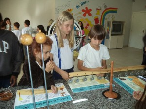 Alunos interagem com a balança de Arquimedes. Foto: divulgação Escola Básica Professora Herondina Medeiros Zeferino.