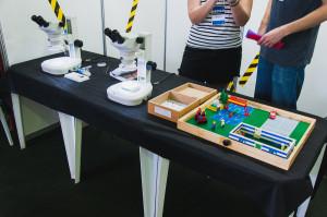 Microscópios e 'cena do crime', no estande de Entomologia Forense- Foto Jair Quint/Agecom/DGC/UFSC