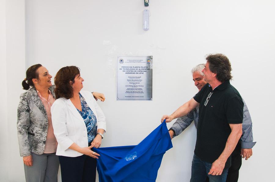Reitoras da UFSC e diretores do CCA fizeram o descerramento da placa de inauguração da Usina de Alimentos em cerimônia realizada no dia 23 de novembro.