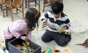 """Crianças brincam durante atividade do projeto """"Este Lugar também é Seu"""", no NDI. (Foto: Divulgação)"""