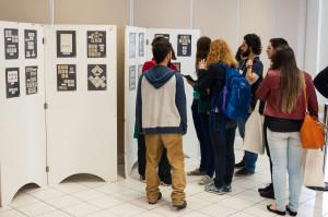 Durante a exibição do fóssil, houve também a exposição de coleções de selos com desenhos de fungos. (Foto: Henrique Almeida/Agecom/UFSC)