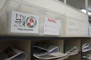 Caixas coletoras de papel para reciclagem na sala dos professores do Colégio de Aplicação. (Foto: Ítalo Padilha/Agecom/UFSC)