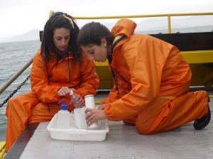 Flora Agnelli  (à esquerda), realizando coleta durante última expedição do MAArE no mar. Foto: Ítalo Padilha/Agecom/UFSC