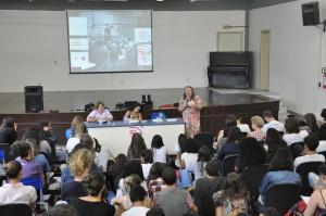 Eliane Schimidt fala sobre reforma da previdência, no auditório do Colégio de Aplicação. Foto: Lavinia Kraucz/Agecom/UFSC)