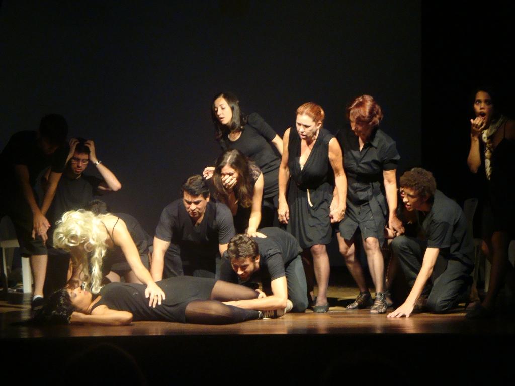 Cena da Oficina OPT no Teatro da UFSC, b