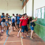 Enquanto olhavam as listas afixadas nas paredes, houve muita comemoração (Foto: Henrique Almeida/Agecom/UFSC)